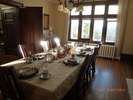Greystone Manor Bed & Breakfast: dining room