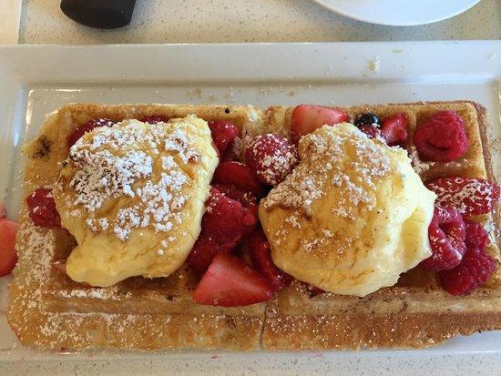 Si Bon: Mango stuffed waffle with fruit and a light custard cream... simple delicious!