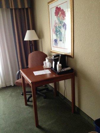 Holiday Inn Burlington: Small desk/table