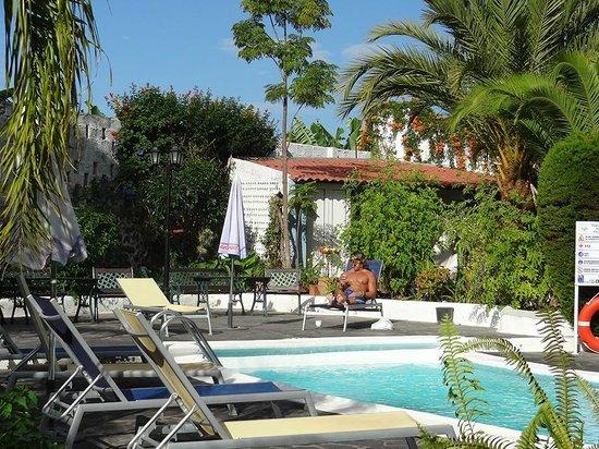 Apartamentos Adjovimar: Poolbereich