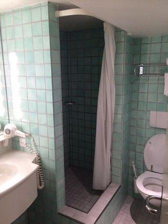 Hotel Wellenberg: tiny shower!