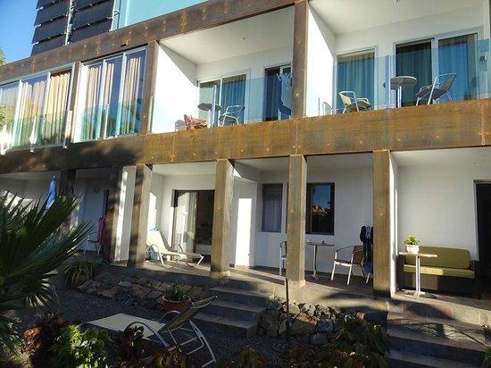 Apartamentos Adjovimar: Die seitlichen Zimmer - oben Balkon, unten Terrasse mit Gartenzugang