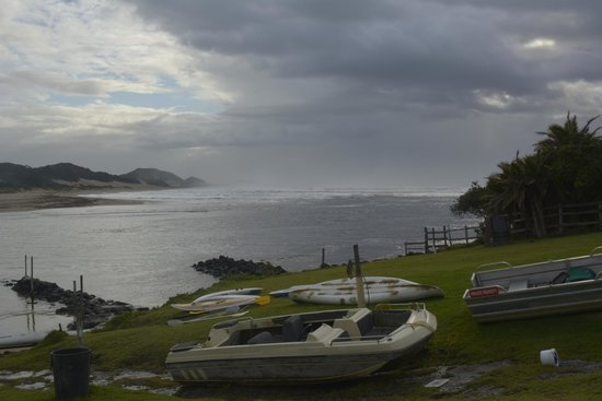 Wavecrest Beach Hotel: Broken and run down canoes and boats