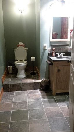 Yorkshire Inn: Bathroom (bathtub/shower around corner)