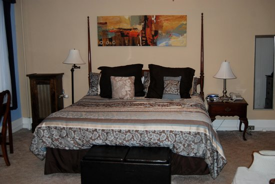 Tunnicliff Inn: King size bed
