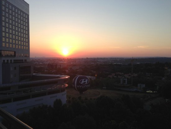 Holiday Inn Sandton - Rivonia Road : Sunrise I watched from the fitness center