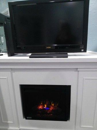 Abbey Inn: TV/Electronic Fireplace