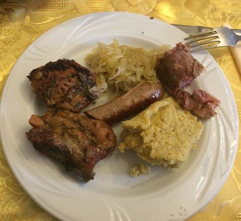 Agritur Maso Nello: Salsicce, coniglio, luganega, puntine di maiale, polenta di storo e crauti