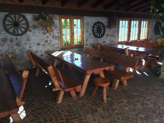 Agritur Maso Nello: Tavoloni all'aperto
