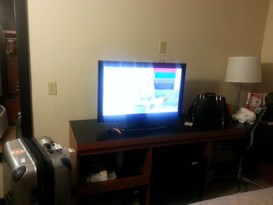 Red Roof Inn - Pacific Beach, San Diego: tv microwave and fridge