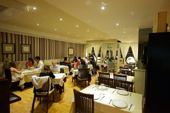 555 Wine & Tapas Restaurant: Comedor