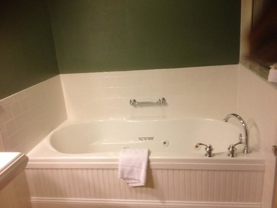 Longfellows Hotel, Restaurant, and Conference Center: Bathroom