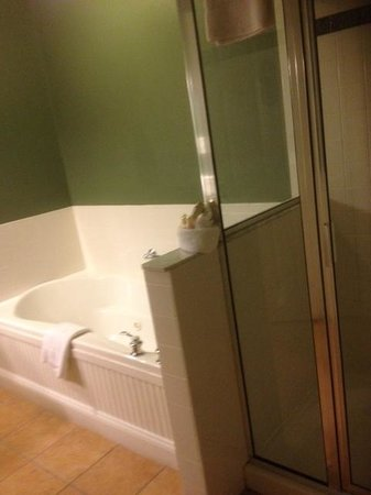 Longfellows Hotel, Restaurant, and Conference Center : Bathroom