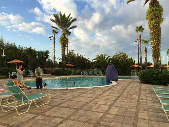 Comfort Suites Maingate East: Nice pool area.