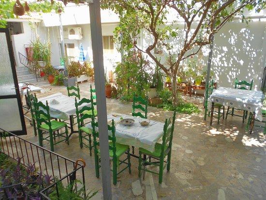 Lefka Hotel & Apartments : El hermoso patio-comedor