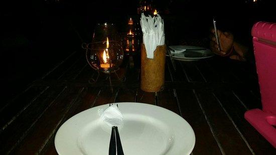 Teba Cafe Jimbaran: The dark table setting by the sea