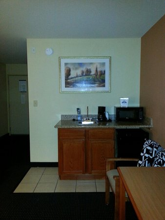 Days Inn & Suites Bayou Land: Frig, coffee maker, and microwave