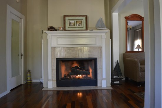 King William Manor: Guest room  Fireplace