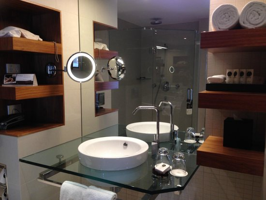 Sofitel Queenstown Hotel & Spa: Bathroom, Waterfall shower, underfloor heating, deep spa bath, Lanvin products