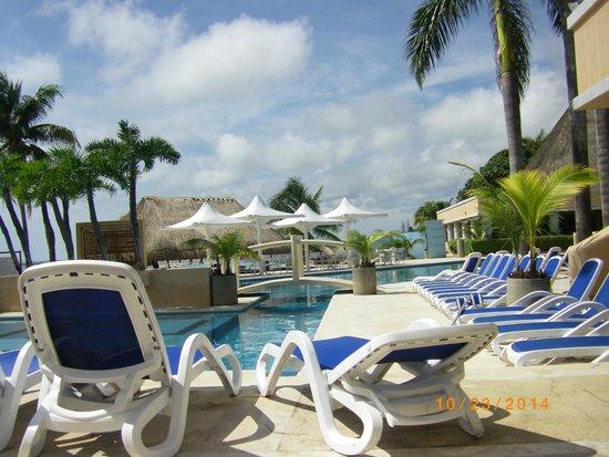 Omni Puerto Aventuras Beach Resort: Pool & chairs