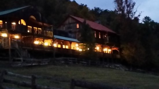 French Broad Outpost Ranch : Hotel at dusk