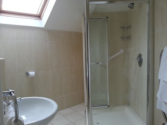 Bunratty Manor Hotel : Large Clean Bathroom