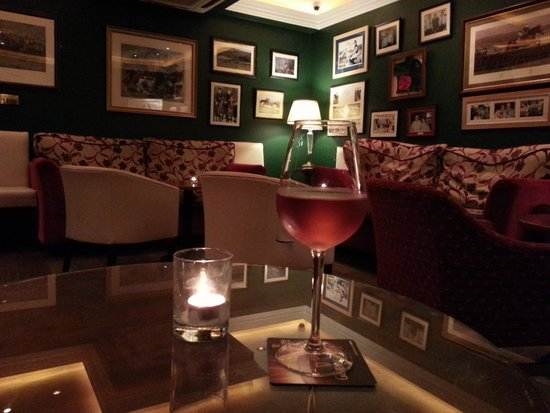 Bunratty Manor Hotel : Wine before Dinner in Bar Lounge