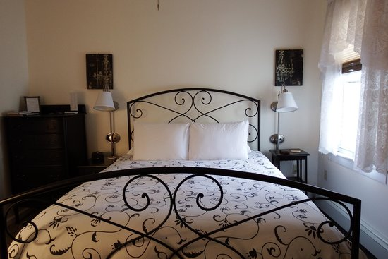 Lake George Bed and Breakfast: Clean ...comfortable ...cozy bedroom!!!