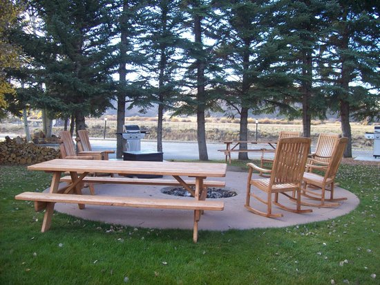 The Inn at Tomichi Village: Outdoor picnic/sitting area fire pit and grils