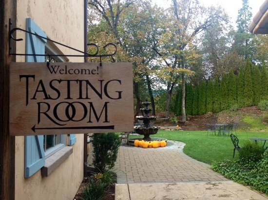 Troon Vineyard: Tasting, yes!