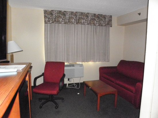 Best Western East Towne Suites: Sitting Area