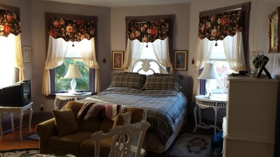 John S. McDaniel House: Comfy bed in Rev Henry Lay Room