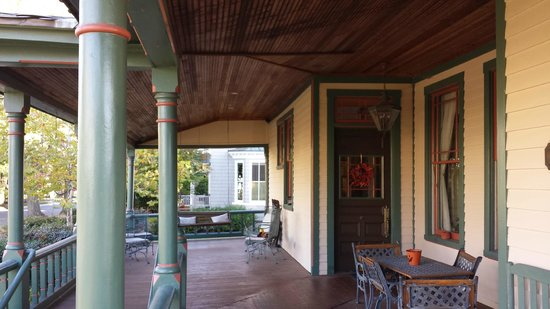John S. McDaniel House: Lovely wrap around porch