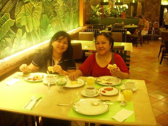 Indra Regent Hotel: Enjoying the buffet breakfast