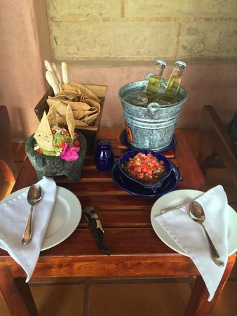 La Casa Que Canta : Room service on our terrace