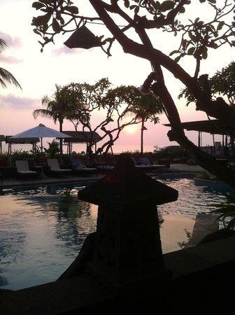 Grand Balisani Suites: Sunset by the pool