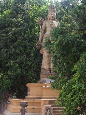 Kelaniya Raja Maha Vihara : 觀音菩薩立像。跟漢傳的觀音菩薩有天壤之別。