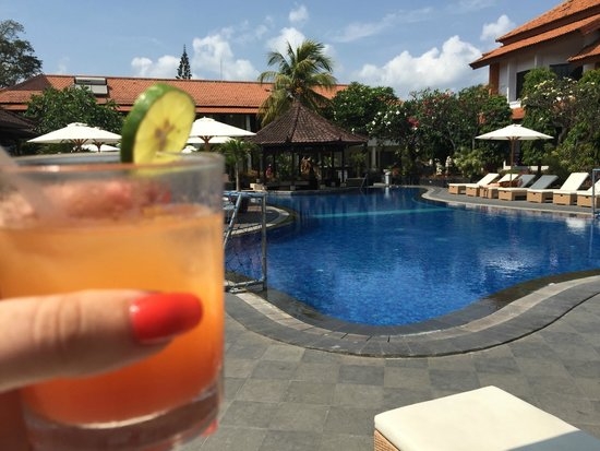 Kuta Beach Club Hotel: pool with welcome drink