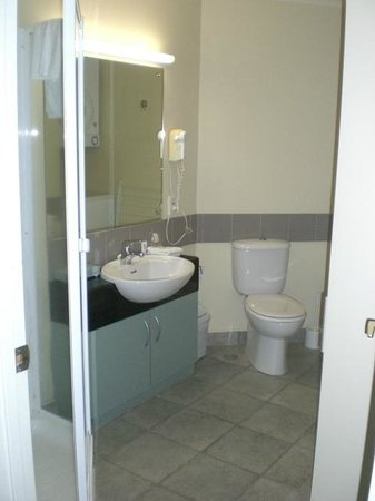 Quest Auckland Serviced Apartments: 1201 Bathroom matches Kitchen, Tired