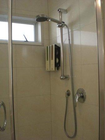 Best Western Newmarket Inn & Suites : Room 15 Shower