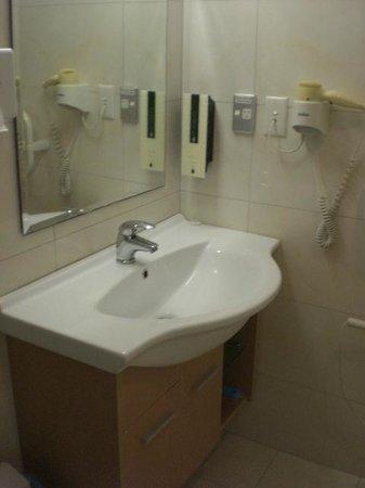 Best Western Newmarket Inn & Suites : Room 15 Sink