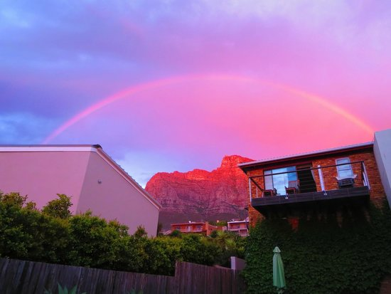 Entabeni Guest House: Rainbow & sunset over Table Mountain