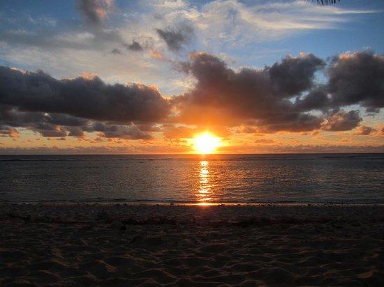 Raina Lagoon Villas: Закат, вид с пляжа перед  нашим бунгало