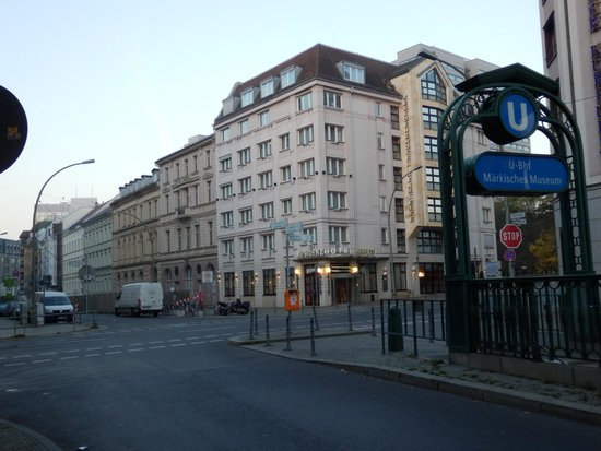 Derag Livinghotel Berlin Mitte: U2路線「メルキッシェ博物館」駅出口(進行方向・Ruhleben方面側の出口)目の前
