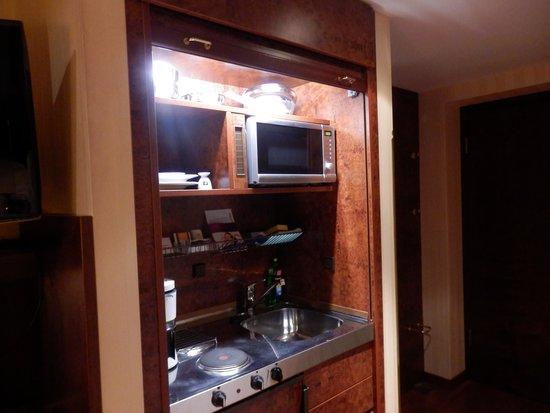 Derag Livinghotel Berlin Mitte: キッチンは木製の扉(シャッター)を上げきると主電源が入る。