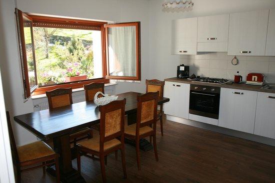 cucina con finestra sul giardino - Foto di B&B Panorama Dolomiti ...