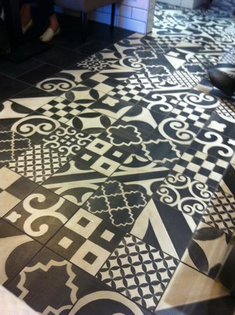 les carreaux ciment aux arabesques en noir et blanc picture of le berry pau tripadvisor