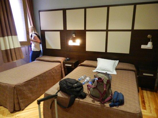 Hostal Abadia Madrid: Tres camas. Ventana y balcón hacia un tragaluz