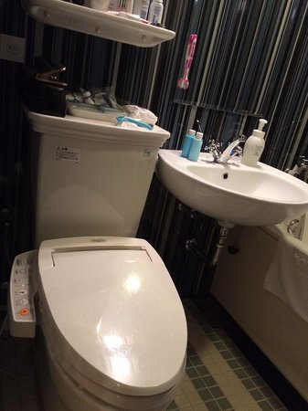 Hotel Monterey Hanzomon : Bathroom with all singing toilet