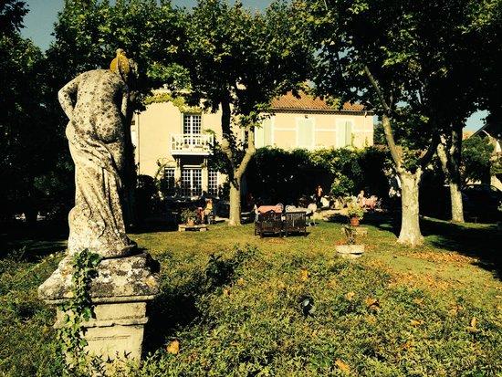 L'Hermitage: Blick vom Park auf das Chateau mit Früchstücksterrasse